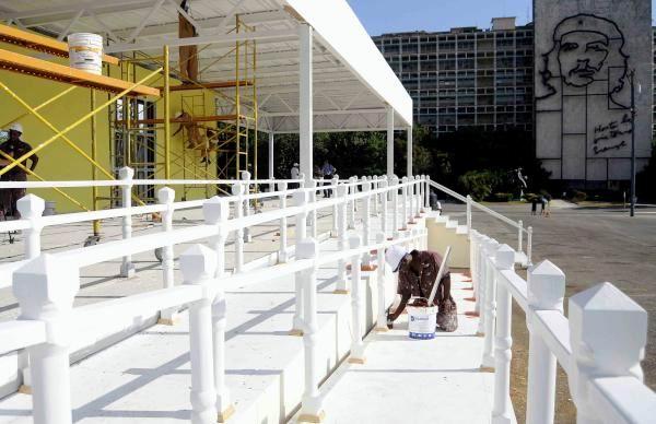 Obreros trabajan en la construcción del Estrado Papal, donde oficiará misa el Papa Francisco, en la Plaza de la Revolución, en La Habana, Cuba, el 24 de agosto de 2015. Foto: Roberto Morejón