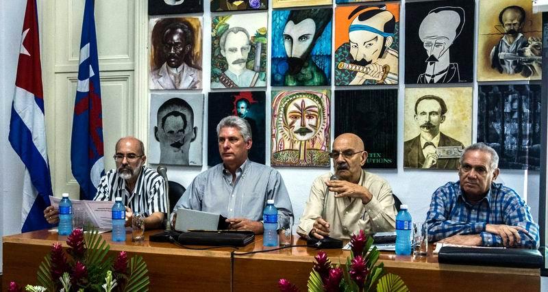 Miguel Díaz-Canel Bermúdez (C izq.), Primer Vicepresidente de los Consejos de Estado y de Ministros, junto a Antonio Moltó Martorell (C der.), Presidente de la Unión de Periodistas de Cuba (UPEC), durante los debates, de esa organización, de los documentos del 7mo. Congreso del Partico Comunista de Cuba (PCC), en La Habana, el 29 de junio de 2016. ACN FOTO/Abel PADRÓN
