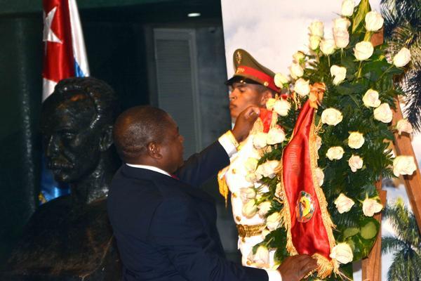 Rinde honores a José Martí presidente de Mozambique (+Audio)