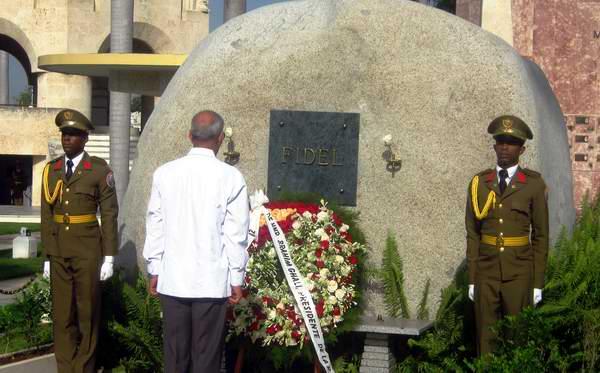 El presidente Brahin Ghali, rinde homenaje a Fidel Castro ante el monolito que atesora sus cenizas en el cementerio Santa Ifigenia. Foto: Carlos Sanabia