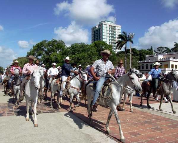 Iniciativa de los trabajadores del sector agropecuario, quienes cerraron el desfile con una caballería de cien jinetes. Foto Miozotis Fabelo