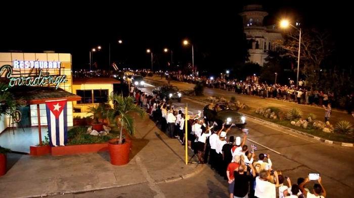Impresionante abrazo de Cienfuegos a Fidel. Foto: Edwin Hernández y Emilio Cachón