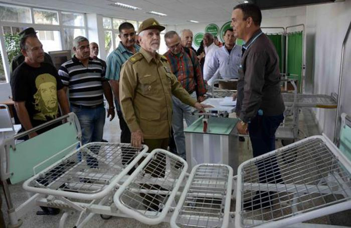 Visitó Ramiro Valdés empresa de equipos médicos en Santiago de Cuba