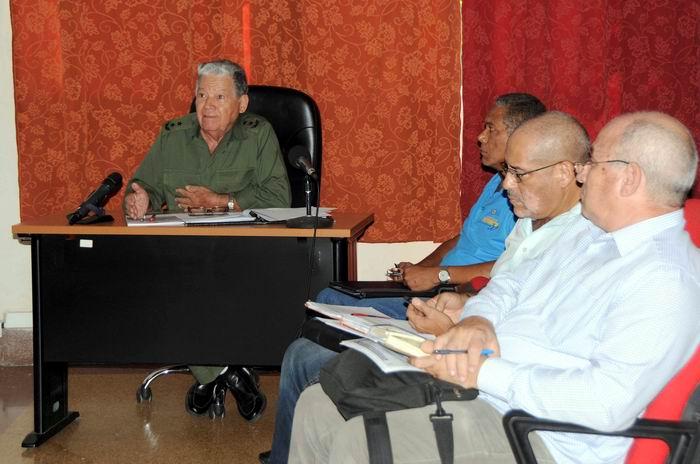 El General de División Ramón Pardo Guerra (I), jefe del Estado Mayor Nacional de la Defensa Civil, (EMNDC), preside la reunión de orientación con los representantes de los órganos de trabajo del Consejo de Defensa Nacional, en la sede del EMNDC, con motivo de la aproximación al territorio nacional del Huracán Irma, en La Habana, Cuba, el 5 de septiembre de 2017. ACN FOTO/Omara GARCÍA