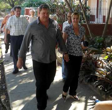 Ramón Labañino y Elizabeth Palmeiro llegando al colegio electoral. Foto Zenaida Costales