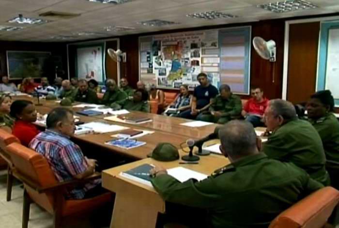 Supervisa Raúl Castro acciones para enfrentar a Matthew. Foto: Tomada del sitio web de Radio Reloj