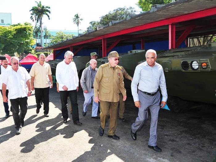Recorrió Raúl los talleres de la Empresa Militar Industrial de Santiago de Cuba
