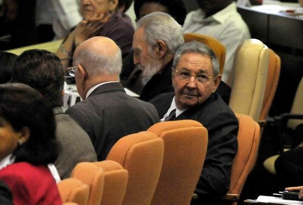 Los diputados Fidel y Raúl asisten a sesión del Parlamento cubano este domingo 24 de febrero de 2013.Foto: Roberto Suárez