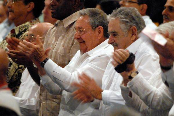 Raúl Castro Ruz, Presidente de los Consejos de Estado y de Ministros de Cuba, asistió a la gala cultural que se celebró en la ciudad santiaguera por el aniversario 60 del asalto a los cuarteles Moncada y Carlos Manuel de Céspedes. Foto Miguel Rubiera Jústiz