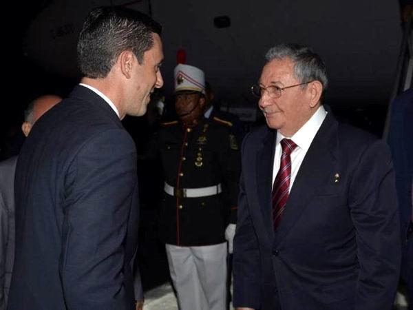 Un saludo de Cuba al pueblo y Gobierno panameños, fueron las primeras palabras de Raúl en el aeropuerto Panamá Pacífico Foto: Estudio Revolución