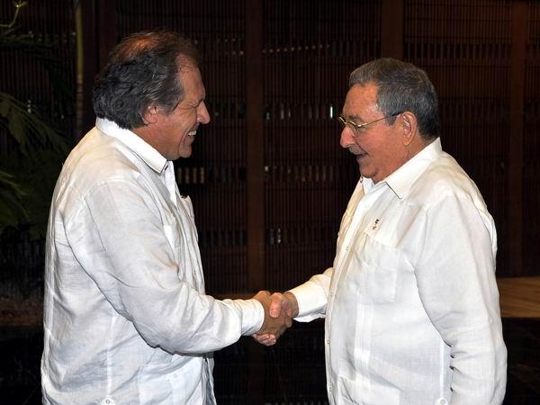 Raúl Castro Ruz, Presidente de los Consejos de Estado y de Ministros, saludó en la tarde de este miércoles 20 de febrero, al excelentísimo señor Luis Almagro Lemes, ministro de Relaciones Exteriores de la República Oriental del Uruguay.Foto: Estudios Revolución