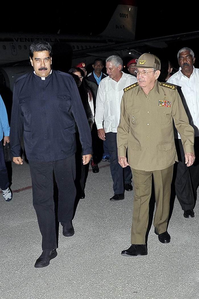 El presidedente de Venezuela, Nicolás Maduro, fue recibido por su par cubano, Raúl Castro, a su llegada al Aeropuerto Internacional José Martí. Foto: Estudios Revolución