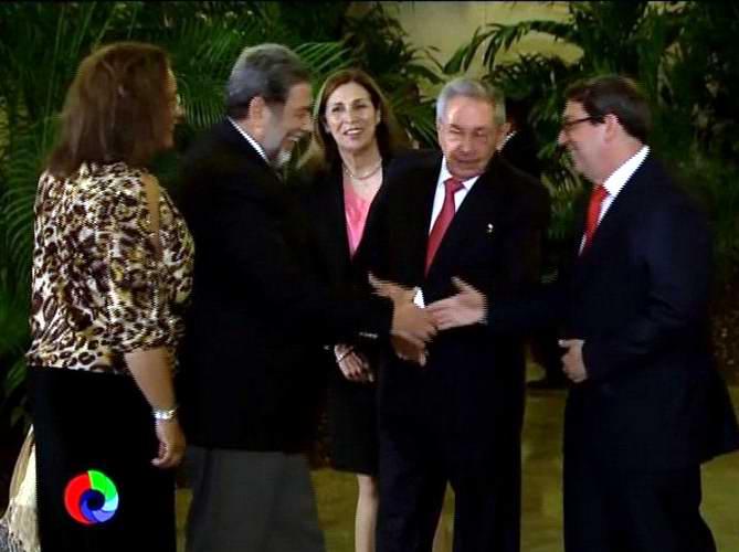 Recibe Raúl Castro al Primer Ministro de San Vicente y las Granadinas, Ralph Gonsalves.Foto: Twitter Radio Rebelde