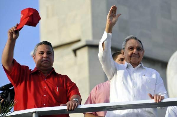 El General de Ejército Raúl Castro Ruz (D), Primer Secretario del Comité Central del Partido Comunista de Cuba y Presidente de los Consejos de Estado y de Ministros, junto a Ulises Guilarte de Nacimiento, miembro del Comité Central y Secretario General de la Central de Trabajadores de Cuba (CTC), durante el desfile por el Primero de Mayo, Día de los Trabajadores, efectuado en la Plaza de la Revolución, en La Habana, el 1ro. de mayo de 2014. AIN FOTO/Marcelino VÁZQUEZ