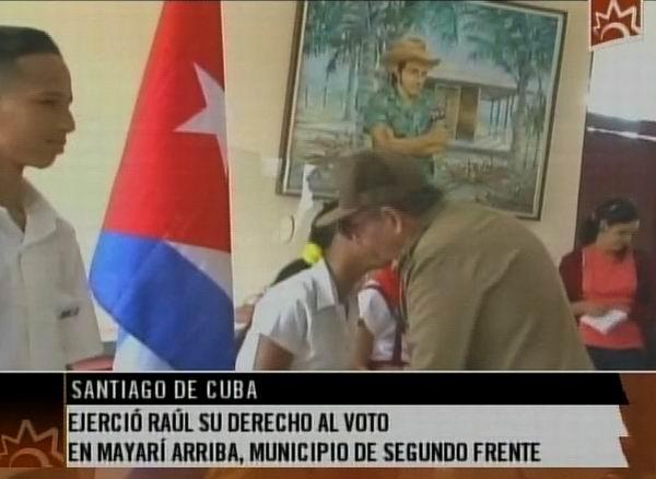 Raúl departió unos minutos con las autoridades electorales de la mesa, dialogó brevemente con los pioneros que custodiaban las urnas y se interesó por la marcha allí del proceso de votación. Foto tomada de la TV cubana.