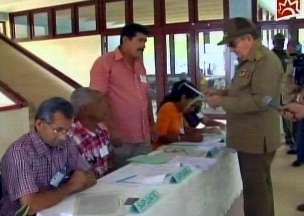 El Presidente de los Consejos de Estado y de Ministros, General de Ejército, Raúl Castro Ruz, ejerció su derecho al voto en Mayarí Arriba, municipio de Segundo Frente, Santiago de Cuba. Foto tomada de la TV cubana.