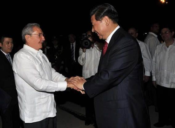 Al término de la visita, el General de Ejército despidió al Presidente chino en el aeropuerto internacional Antonio Maceo. Foto: Estudio Revolución
