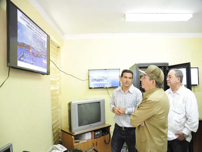 Visitó Raúl el Centro Nacional de Investigaciones Sismológicas. Foto: Estudios Revolución