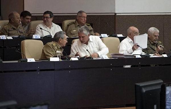 Raúl y Díaz-Canel justo antes del inicio oficial de la Asamblea Nacional del Poder Popular. Foto. Ladyrene Pérez