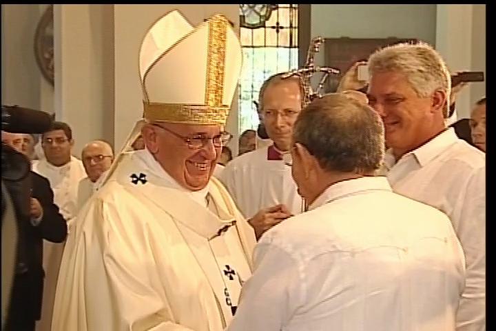 Raúl Castro junto al Papa Francisco en misa en el Santuario del Cobre