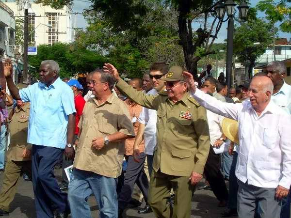 General de Ejército Raúl Castro, Presidente de los Consejos de Estado y Ministros y José Ramón Machado Ventura, vicepresidente de los Consejos de Estado y Ministros  durante la peregrinación por el aniversario de la muerte de Frank País y Raúl Pujols