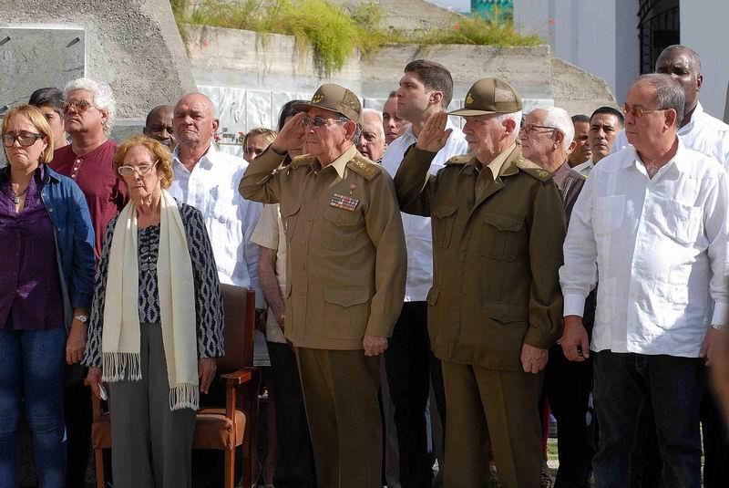 Rinde Raúl honores militares a Pedro Miret