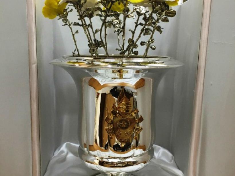 Florero de tallos de plata y pétalos de cerámica que ofrendó el Papa Francisco a la Virgen de la Caridad del Cobre