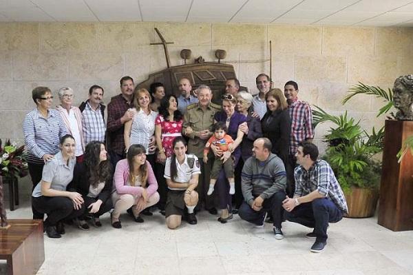 Los Cinco junto a sus familiares y al Presidente de los Consejos de Estado y de Ministros, General de Ejército, Raúl Castro Ruz