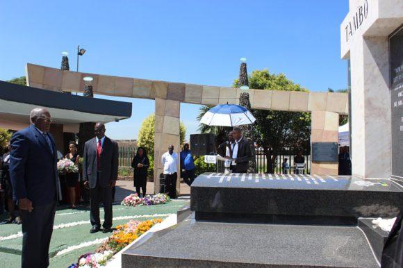Tributo de Salvador Valdés Mesa al fallecido líder sudafricano Oliver Tambo