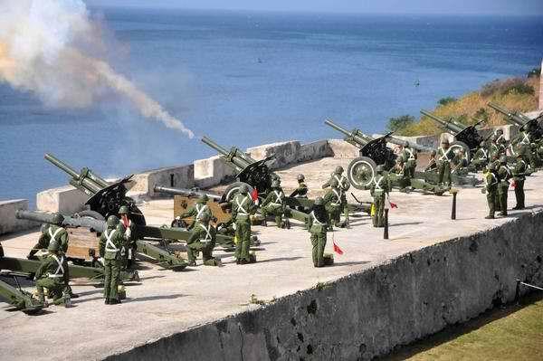 Disparan salvas de artillería en la Fortaleza de San Carlos de la Cabaña en honor a Hugo Chávez