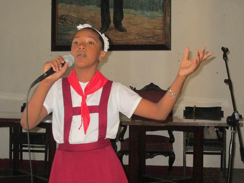 Con una voz firme la niña Samantha Guerra cantó a Fidel. Foto: Yirian García de la Torre.