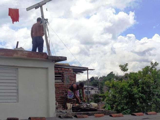 Primeros daños y evacuados por huracan Mathhew en Santiago de Cuba