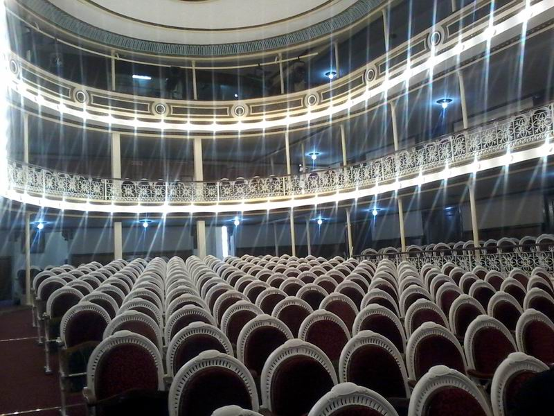 El teatro José Jacinto Milanés, emplazado en la esquina de las calles Martí y Colón, recibió una restauración general durante maratónicas jornadas.