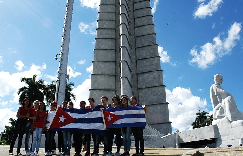 En la Plaza de la Revolución, abrazo del pueblo a Fidel