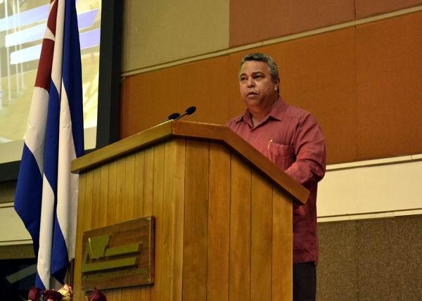 el Secretario General de la Central de Trabajadores de Cuba, Ulises Guilarte de Nacimiento, confirió a la institución  la medalla 75 aniversario de la CTC. Foto Abel Rojas Barallobre