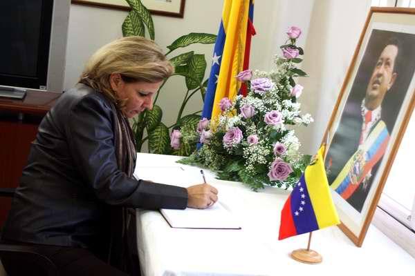 Viceministra del MINREX, Ana Teresita González firma el libro de condolencias por el fallecimiento de Hugo Chávez en la Embajada de Venezuela en La Habana