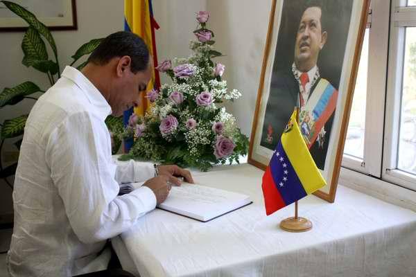Vicecanciller Rogelio Sierra firma libro de condolencias en la Embajada de Venezuela en Cuba