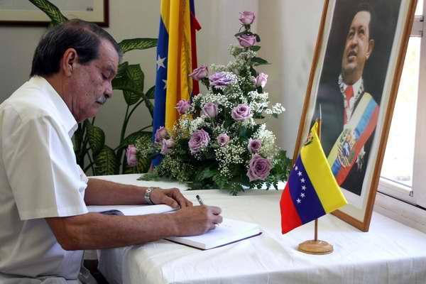 Viceministro del MINREX, Abelardo Moreno firma sus condolencias por el deceso del Presidente Hugo Ch�vez en la Embajada de Venezuela en La Habana