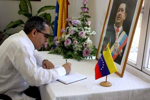 Vicecanciller Marcelino Medina, también firma el libro de condolencias por el fallecimiento de Hugo Chávez