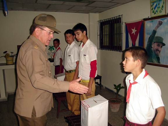 El General de División Onelio Aguilera Bermúdez, Jefe del Ejército Oriental, ejerció su voto en el Colegio Electoral del Distrito 3 en la ciudad de Holguín. Foto: Aroldo García.
