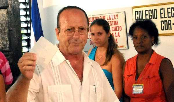 Boleta de Fidel en manos de Santiago González Carrera, miembro de la mesa electoral durante esta jornada de elecciones en Cuba. Foto AIN