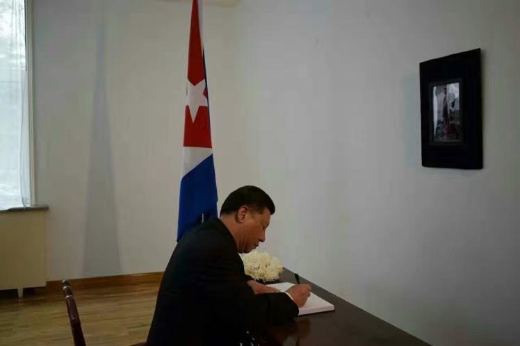 El presidente chino, Xi Jinping, firmó el libro de condolencias por la muerte del líder histórico de la Revolución cubana, Fidel Castro Ruz.