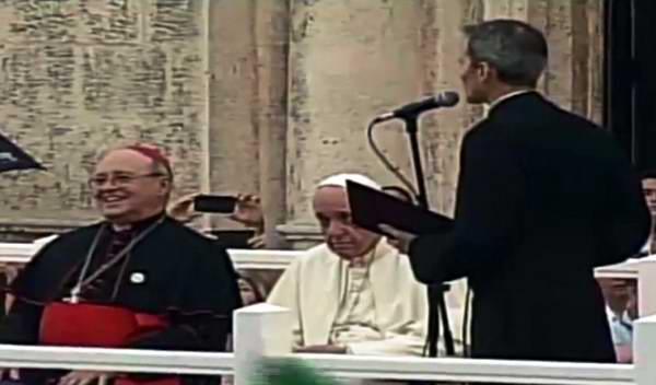 Palabras de bienvenida del P. Yosvany Carvajal, rector del Centro Cultural Padre Félix Varela (derecha), al Papa Francisco en encuentro con los jóvenes cubanos