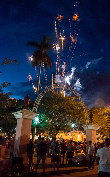 Desde las 4:00 p.m. del 24 de diciembre comienzan los fuegos. En la foto, los del barrio San Salvador.