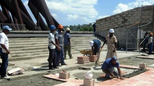 Constructores del Contingente Tony Alomá, reponen el piso de mármol en la tribuna de la Plaza una vez relizada la impermiabilización. Foto: Carlos Sanabia.