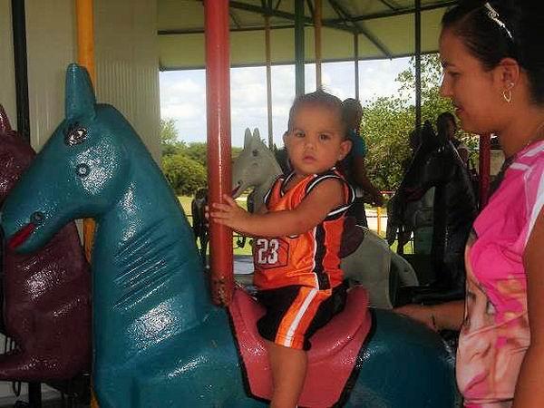 Mi pequeño nieto disfruta en el centro de diversiones infantiles El Mambisito. Foto: Aroldo García.