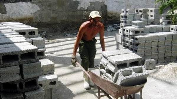 Trabajadores de la Empresa de Mantenimiento Constructivo de Palma Soriano están a cargo de la reconstrucción de la emblemática instalación cultural santiaguera. Foto: Carlos Sanabia Marrero