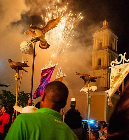 Changüí del barrio El Carmen. Sus símbolos son el gavilán y el globo; el color que los caracteriza, el carmelita.