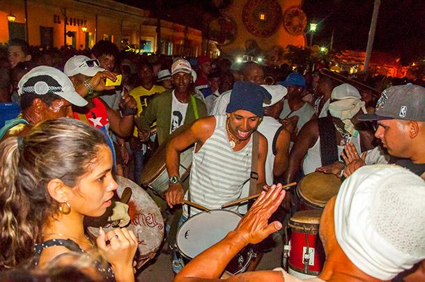 Durante el changüí, los miembros del barrio que compite salen a tocar y bailar desde su trabajo de plaza, en dirección al otro barrio.