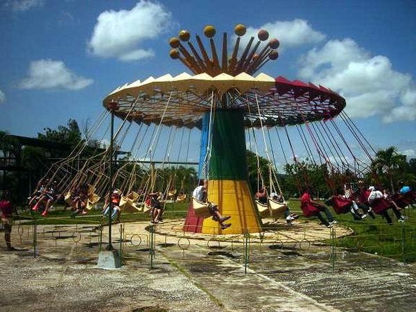 Las sillitas voladoras atraen a los más jóvenes. Foto: Aroldo García.
